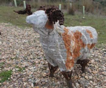 Escultura en alusión al ganado transhumante, junto al puente sobre el Río Guadiato